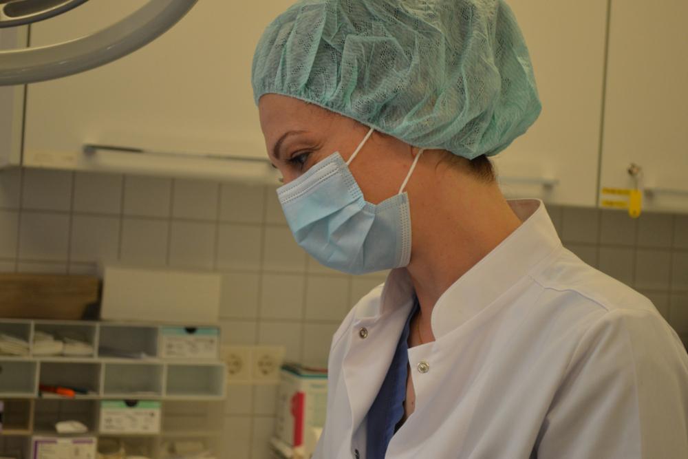 Dr.Stoyanova bei der Untersuchung