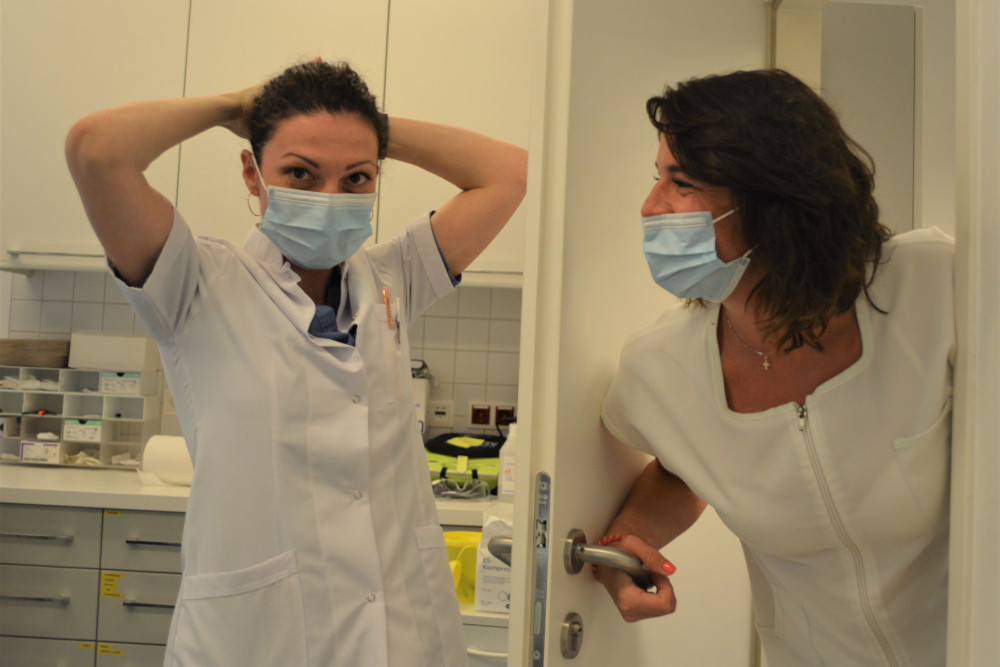 Ärztin und Assistentin